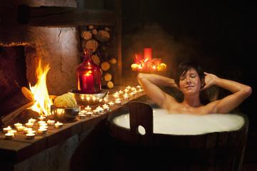 Österreich, Salzburger Land, Junge Frau beim Bad in der hölzernen Wanne