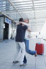 Deutschland, Leipzig-Halle, Flughafen, Paar umarmt sich