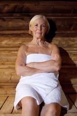 Deutschland, erwachsene Frau in der Sauna