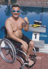 Deutschland, Ingolstadt, Behinderter Mann mit Rollstuhl am Pool
