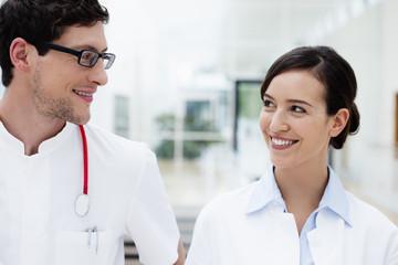 Deutschland, Bayern, Diessen am Ammersee, Zwei junge Ärzte mit Stethoskop