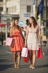 Deutschland, München, Karlsplatz, Junge Frauen genießen Shopping