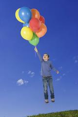 Mädchen schwebende, mit Luftballons