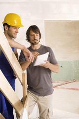Bauarbeiter und Kunden sprechen