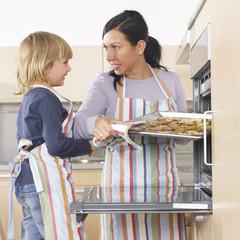 Mutter und Tochter Plätzchen backend