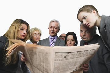 Geschäftsleute lesen Zeitung auf weißem Hintergrund
