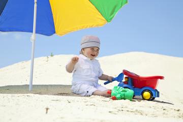 Deutschland, Baby spielend am Strand