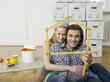 Junges Paar formt Zollstock zu Haus