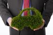 Person, die Auto-Symbol aus Gras macht