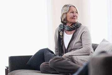 Deutschland, Wakendorf, ältere Frau, Seniorin wegschauend