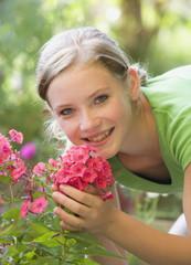 Österreich, Salzburger Land, Teenager riecht an Blumen