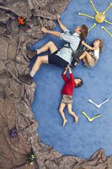Deutschland, Szene mit Familie beim Bergsteigen