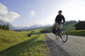 Deutschland, Bayern, Mittenwald, Frau Mountainbiken über Autobahn