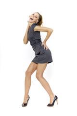 Junge Frau im Minikleid, macht Quatsch