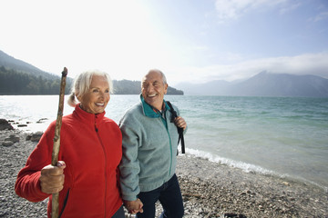 Deutschland, Bayern, Walchensee, älteres Paar beim Wandern am Seeufer