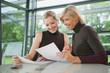 Deutschland, zwei Geschäftsfrauen in Sitzung