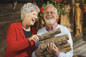 Österreich, Karwendel, älteres Paar mit Brennholz