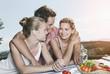 Italien, Toskana, Magliano, Junger Mann und Frau umarmen sich