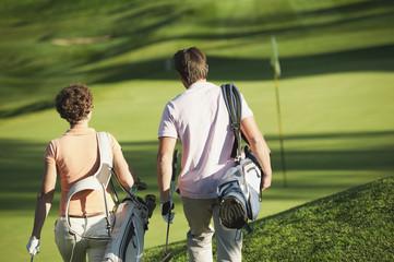 Italien, Kastelruth, Golfer zu Fuß auf Golfplatz