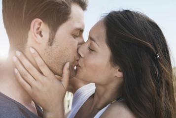 Spanien, Mallorca, Junges Paar Küssend auf der Promenade, in der Nähe