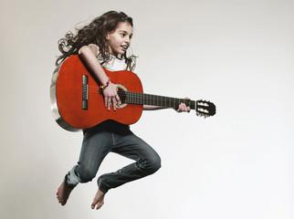 Mädchen , Gitarre zu spielen und springend