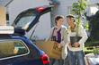Deutschland, Bayern, Gröbenzell, Paar lädt Boxen ins Auto