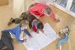 Deutschland, Bayern, Gröbenzell, Familie schaut auf Bauplan im Haus