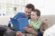Deutschland, Bayern, München, Vater und Kind lesen
