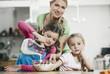 Deutschland, Köln, Mutter und Kinder Vorbereitung Müsli zum Frühstück