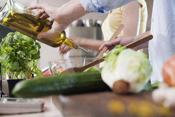 Deutschland, Hamburg, Paar in der Küche, Zubereitung von Speisen