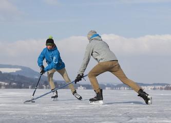 Österreich, Teenage Jungs spielen Eishockey auf der Eisbahn