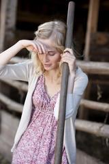 Deutschland, Sachsen, Junge Frau in der Farm arbeitend, müde
