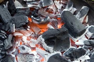 Brennender Holzkohlegrill