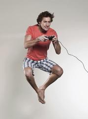 Mann spielt Videospiele
