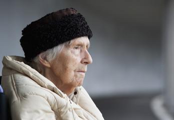Österreich, ältere Frau, Seniorin wegschauend, close up