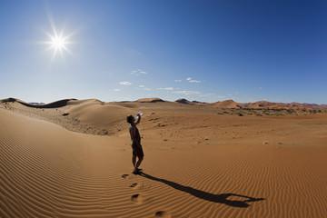 Afrika, Namibia, Namib-Wüste, Namib Naukluft Nationalpark, Erwachsene trinken Wasser aus Wasserflasche
