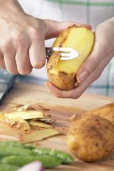 Mann, Kartoffeln schälen