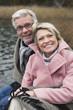 Deutschland, Kratzeburg, älteres Paar, Senioren sitzt auf der Promenade, Lächeln