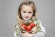 Mädchen mit frischen Tomaten