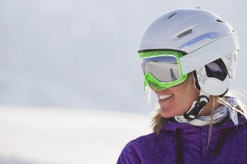 Italien, Trentino-Alto Adige, Südtirol, Bozen, Seiser Alm, junge Frau mit Skihelm und Skibrille, close up