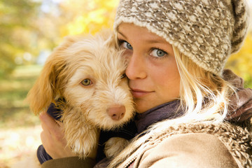 Österreich, Junge Frau mit Hund im Herbst, Nahaufnahme