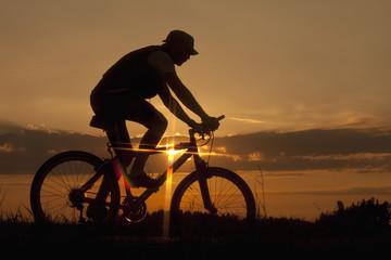 Deutschland, Niederbayern, Biker Radfahren Fahrrad bei Sonnenuntergang
