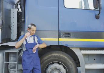 Italien, Chiajna, LKW-Fahrer stehend von LKW