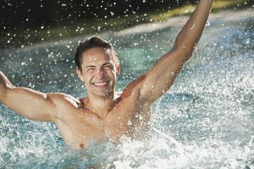 Italien, Südtirol, Mann genießt Schwimmbad des Hotels Urthaler