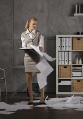 Junge Frau, mit Dokumenten