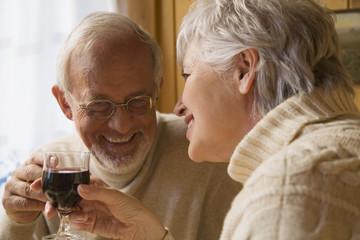 älteres Paar, Senioren halten Weingläser