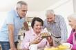 Deutschland, Leipzig, Ältere Männer und Frauen feiern Geburtstag