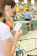 Junge Frau beim Einkaufen in einem Supermarkt