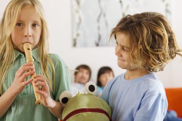 Junge und Mädchen, spielen Blockflöte