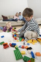 Familie zu Hause, entspannen, Kinder spielen mit Bauklötzen